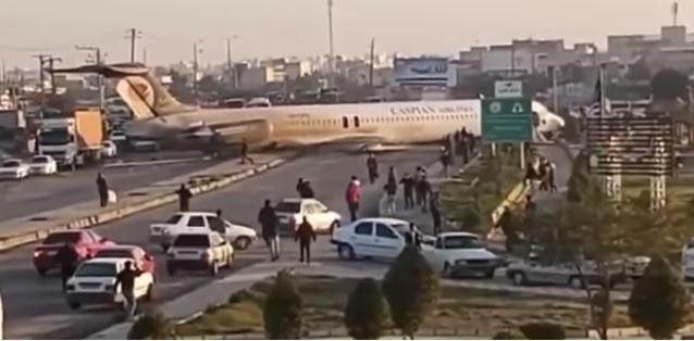 İran'da yolcu uçağı otoyola indi.