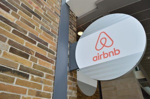 Airbnb, 20.000 Afgan mülteciye konaklama sağlayacak