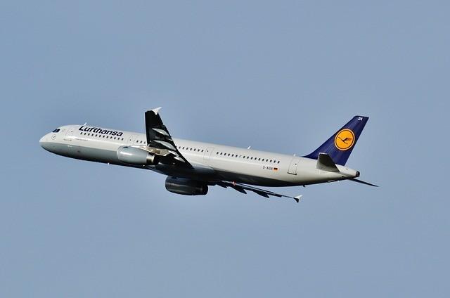 Lufthansa, işe alımları durdurdu, ücretsiz izinlere başladı.
