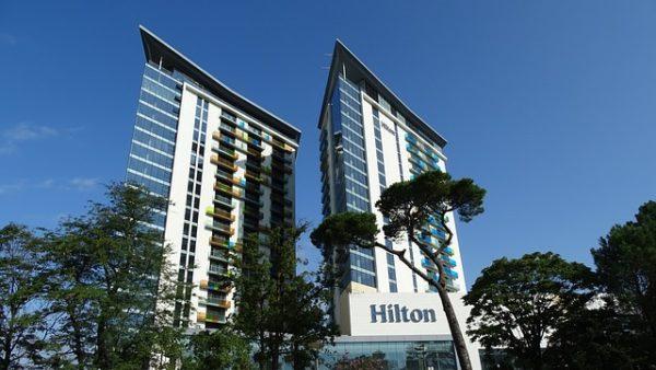 Hilton maliyetleri düşürüyor.