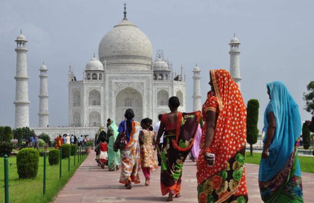 Hindistan sınırlarını yeniden turistlere açıyor